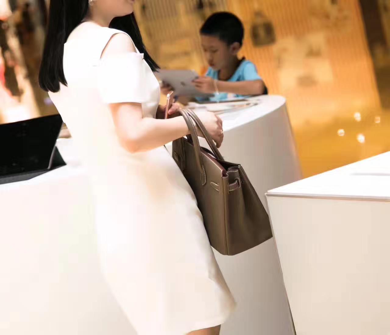 爱马仕Birkin包包30cm Hermes CK18大象灰原厂togo牛皮铂金包模特图