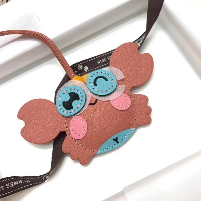 爱马仕饰品批发 Hermes纯手工缝制顶级山羊皮小螃蟹挂饰 粉色拼