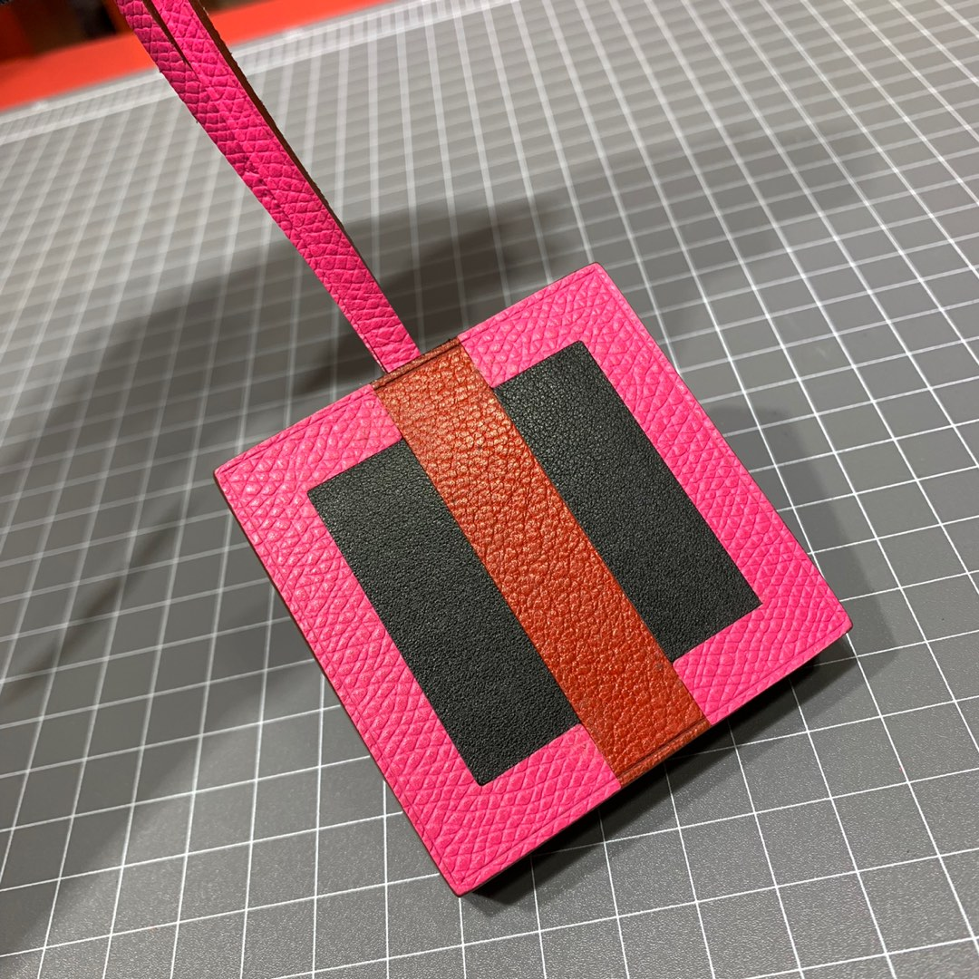 Hermes包包配饰 爱马仕进口牛皮蜡线缝制新款字母挂件
