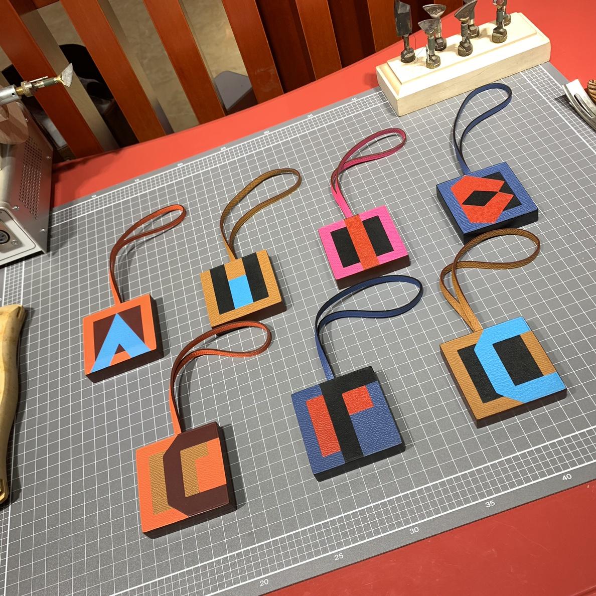 厂家直销 Hermes爱马仕新款进口牛皮拼色包包挂件字母挂件 配包装