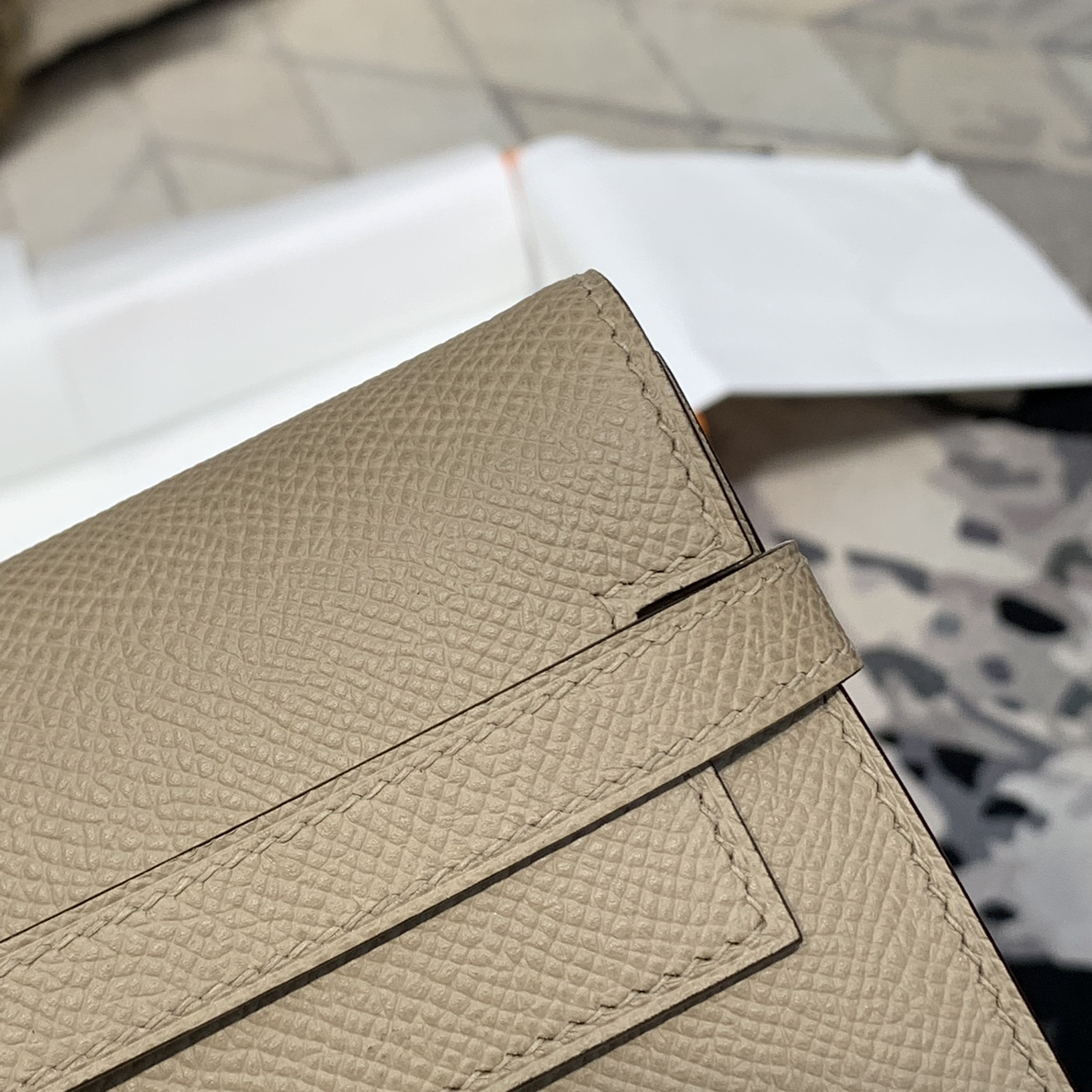 现货 Hermes钱包批发 爱马仕CK81浅灰色epsom牛皮凯莉手包钱夹 金扣