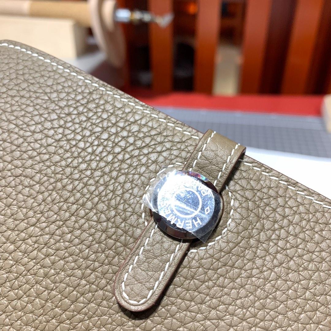 爱马仕手包价格 Hermes手工缝制TC牛皮Dogon护照本钱夹 大象灰 银扣